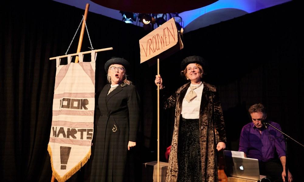 Vrouwencabaret Voorwaarts tijdens de dag van de Groninger geschiedenis