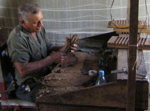 Kuba Reise Tabakbauer beim drehen einer Zigarre