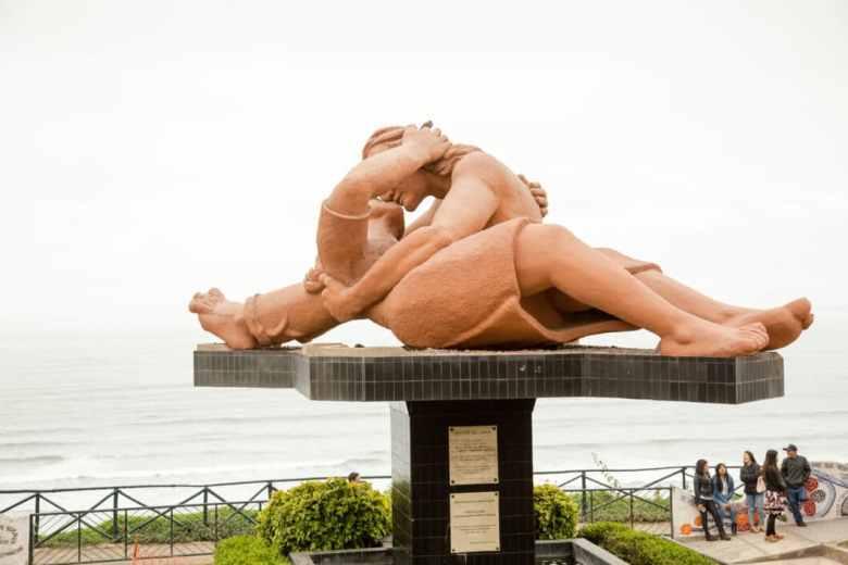 """""""El Beso"""" sculpture"""