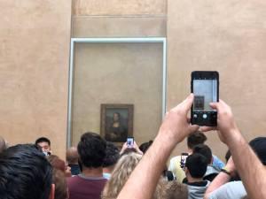 Mona Lisa photo funny travel pic