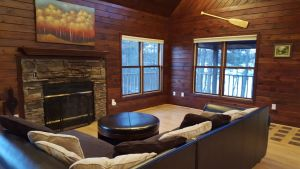 Gorgeous Cabin on Premier Lake, Wooded Lot, Spa, Play House/Swings, Sleeps 8
