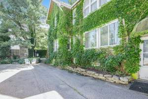 Charming historical home with gated entrance & gas grill - walk around downtown!
