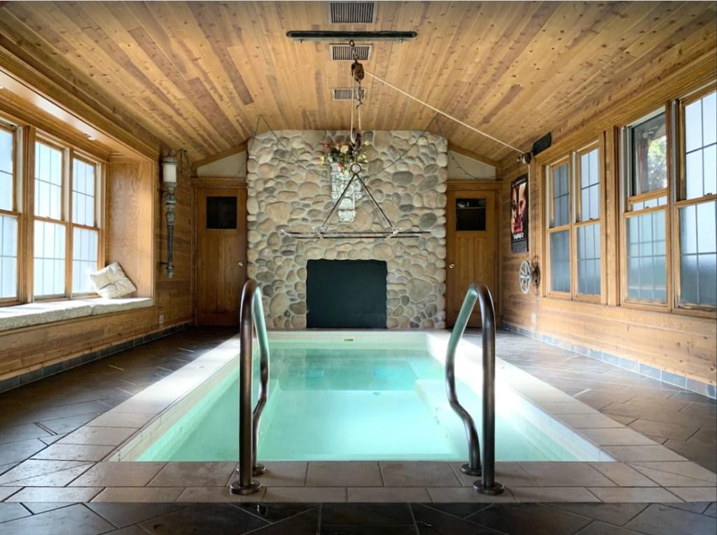 Wisconsin Dells Cabin Rentals with hot tub   6 bedroom cabin Wisconsin Dells