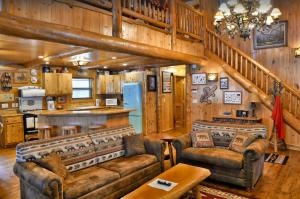 Cozy 3-bedroom cabin with indoor hot tub