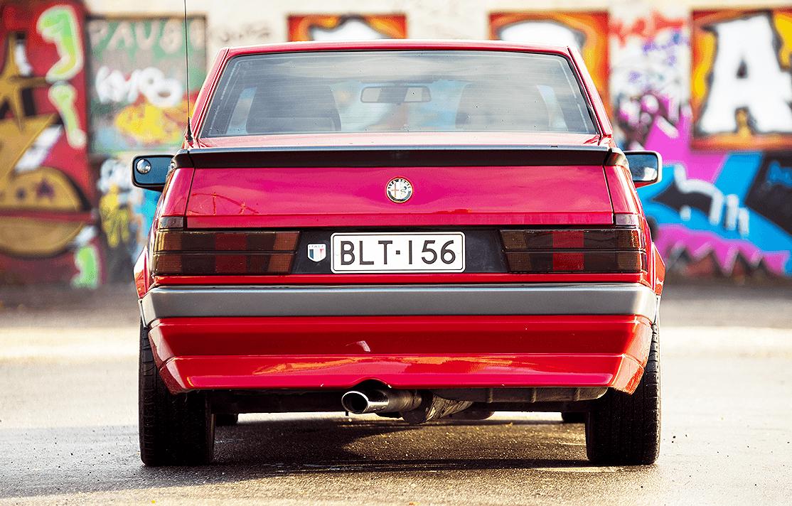 Alfa Romeo 75 takaa