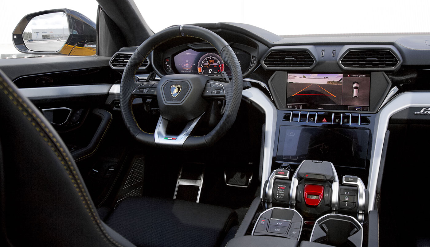 Lamborghini Urus – kojelauta ja etumatkustamo