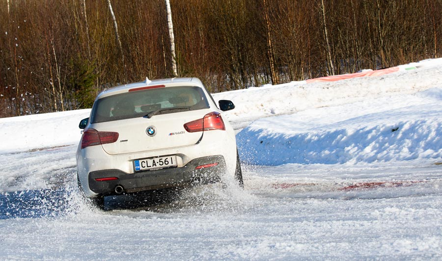 BMW M140i xDrive Premier Parkin neulansilmämutkassa