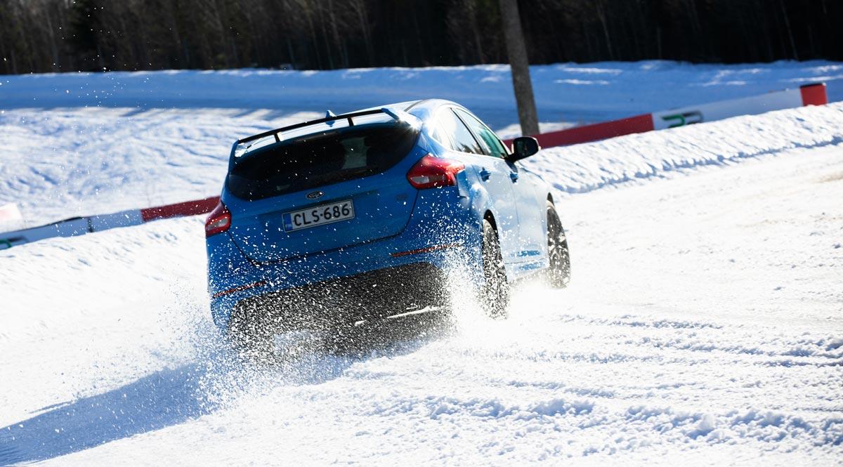 Ford Focus RS menee s-mutkaan sisään.