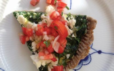Tærte med frisk spinat, feta og tomatsalsa