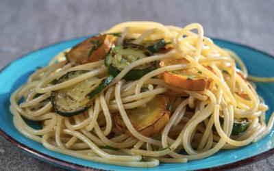 Pasta med zucchini i wok