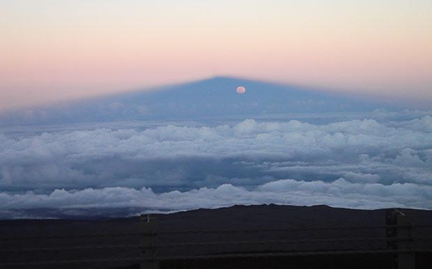 maunakea-full-moon-in-mountain-shadow