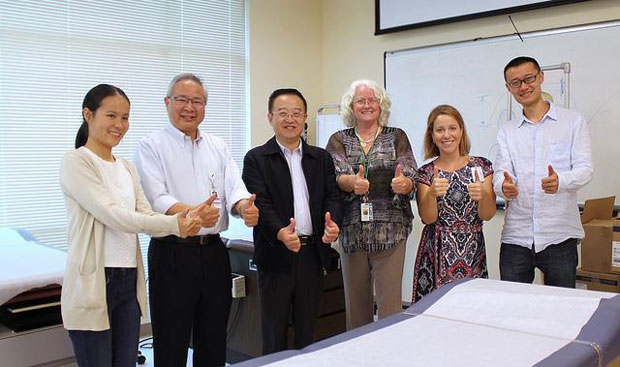 Kunming Medical University and University of Hawaiʻi medical school faculty give a thumbs up