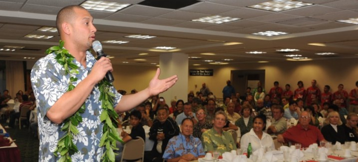 Shane Victorino speaks to fans during a January visit to UH-Hilo. (Hawaii247.com photo courtesy Rick Ogata)