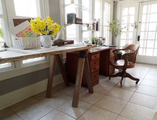 Tutorial to build this $30 sawhorse table that's perfect for modern or rustic decor