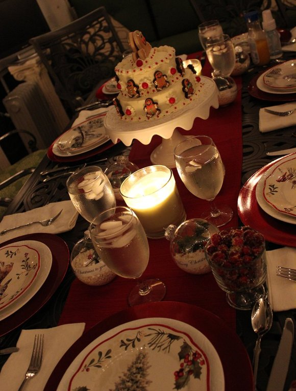 Christmas Tablesetting with a christmas cake centerpiece