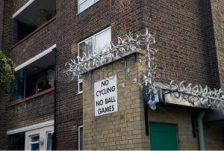london-housing-estate-with-razor-wire-and-no-cycling-and-ball-games-bch85w
