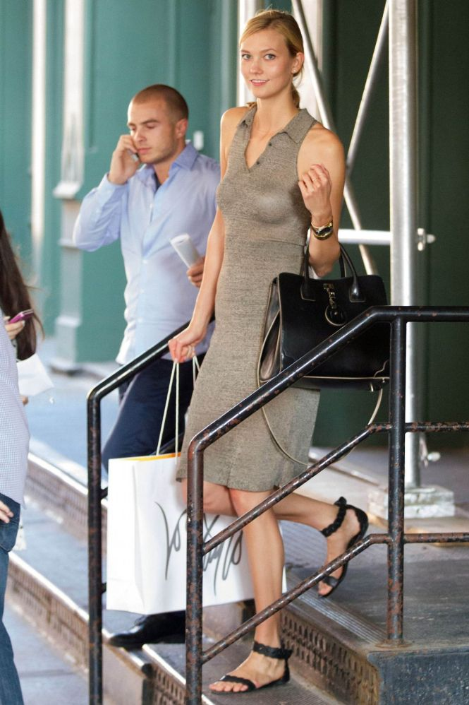 Karlie Kloss Leaves Taylor Swift S Apartment In New York