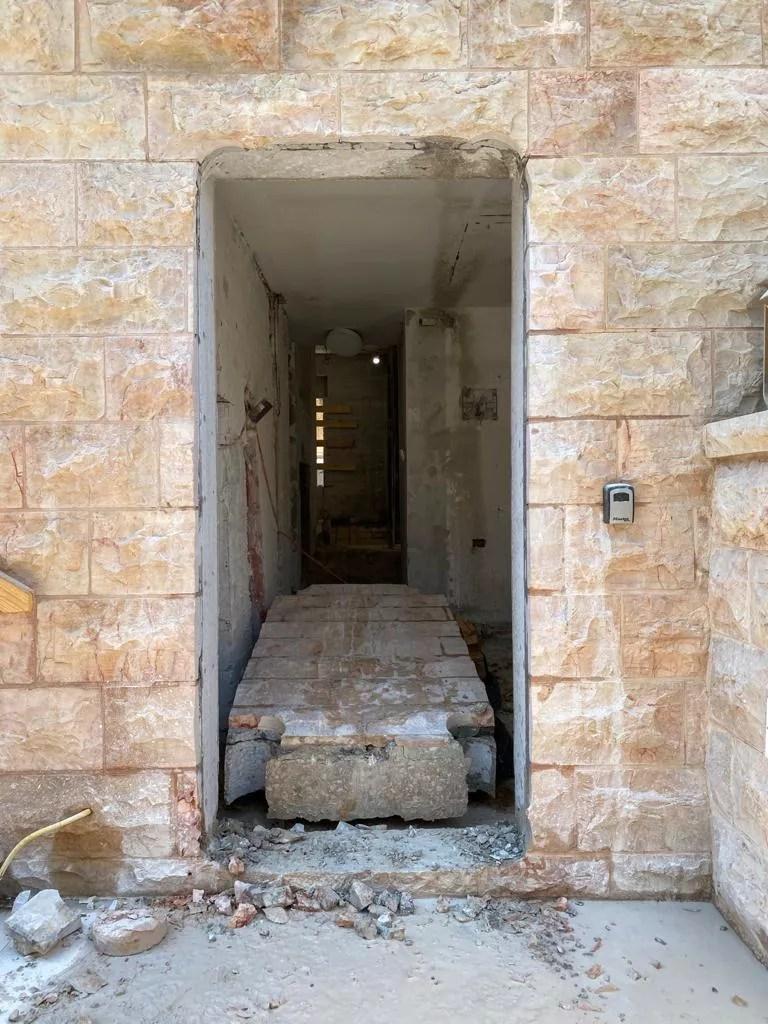 ניסור דלת בקיר בטון