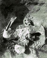 שרידי גופת אחת התוקפים הסאסאנים, יחד עם בגדיו נשקו, המגן והקסדה על גופו.