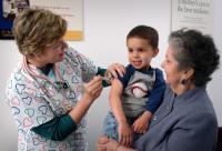 ילד מקבל חיסון. מתוך אתר רשות הבריאות הפדראלית בארה''ב