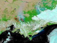 תמונה בצבעים מלאכותיים המראה בכמה אורכי גל את השריפה, כפי שצולמה מהלווין אקווה ב-9 בפברואר 2009