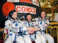 בוב תירסק מקנדה, הרוסי רומן רומננקו ופרנק דה וין מסוכנות החלל האירופית. צילום: נאס''א