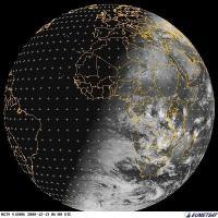בתמונה זו שצולמה על ידי לוויין  MET9 של EUMETSAT ב-13/12/08 ב-08:00 זמן ישראל ניתן להבחין בקטבים שמוארים בצורה שונה ובכך שחצי הכדור הדרומי מואר יותר מאשר הצפוני