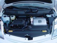 המנוע ההיברידי של טויוטה פריוס - מנוע חשמלי לצד מנוע בנזין.