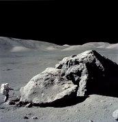 הגיאולוג המקצועי היחיד שהגיע לירח, האריסון שמידט בחללית אפולו 17 (1972) בוחן סלע.