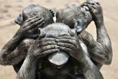 הכחשת האבולוציה - דוגמת פסלון שלושת הקופים. צילום: shutterstock