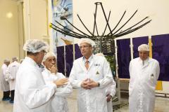 """. ראש נאס""""א צ'רלס בולדן (שני מימין) בביקורו בתעשייה האווירית על רקע לוויין """"טקסאר"""", יוסי וייס סמנכ""""ל התע""""א ומנהל חט' טילים וחלל (שלישי משמאל) ואריה הלזבנד מנהל מפעל חלל (ראשון משמאל)."""