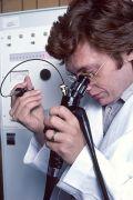 רופא משתמש באנדוסקופ. צילום NIH