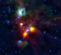 הכתם השחור בתוך הענן הירקרק סמוך לחלקה העליון של התמונה הוא חור החוצה את NGC 1999 באמצעות סילון וגז המנשבים מכוכבים צעירים באיזור זה של החלל. צילום סוכנות החלל האירופית ESA/HOPS Consortium
