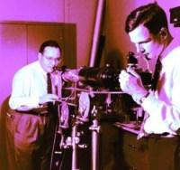 טאונס ושולוב מכווננים את המייזר. תמונה: מעבדות בל