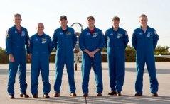 אנשי צוות האטלטניס במשימה STS-132: משמאל לימין מייקל גוד, גארט רייזמן, טוני אנטונלי, קן האם, סטיב בוון ופירס סלרס. צילום: NASA