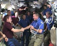 """הפרידה של צוות המעבורת וצוות האטלנטיס, 23 במאי 2010. צילום: נאס""""א"""