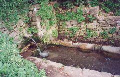 באר ארטזית (SHIPOT) המוציאה מי תהום בכוח הכבידה היא מקור עיקרי של מים בכפרים רבים באוקראינה. צילום ברשיון CC מתוך ויקיפדיה