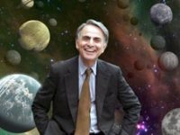 קארל סייגן, על רקע איור של כוכבי לכת מחוץ למערכת השמש.