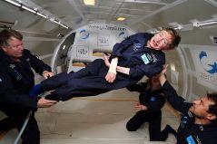 """פרופ' סטיבן הוקינג במטוס המאפשר אימון בתנאי חוסר כוח כבידה. צילום: נאס""""א"""