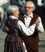 זוג קשישים ליטאיים בריקוד עממי. מתוך ויקיפדיה.