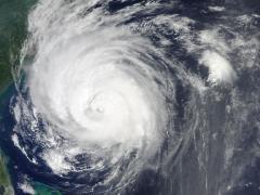 """הוריקן בקטגוריה 3 שזכה לכינוי ארל שטף את כל החוף המזרחי של ארה""""ב ב-2 בספטמבר 2010. תמונה זו צולמה בידי הלווין טרה כאשר הסופה שעטה כ-400 קילומטרים דרומית לקייפ האטרס, צפון קרוליינה."""