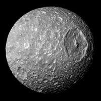 מימאס ומכתש הרשל שעליו. צולם על ידי החללית קאסיני ב-13 בפברואר 2010