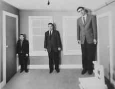 החדר של איימז - אדלברט איימז הבן )Adelbert Ames Jr.( המציאו בשנת 1946 לפי רעיון שהגה הלמהולץ. שלושת האנשים שווים בגודלם. צורת החדר היא המעוותת. המקור Wittereich, W.J. (1959). Visual perception and personality, Scientific American, 200(4), 56-60 . התצלום באדיבות William Vandivert.