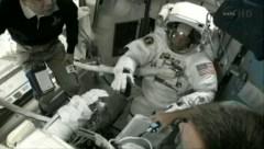 האסטרונאוט רון גאראן מתכונן להליכת החלל במשימה STS-135, 12/7/2011. צילום: NASA TV