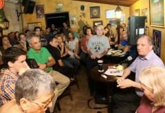 נשיא מכון ויצמן, פרופ' דניאל זייפמן מרצה בפאב על האפשרות לחיים מחוץ לכדור הארץ במסגרת אירועי בירה, מדע ומצב רוח בשנת 2010