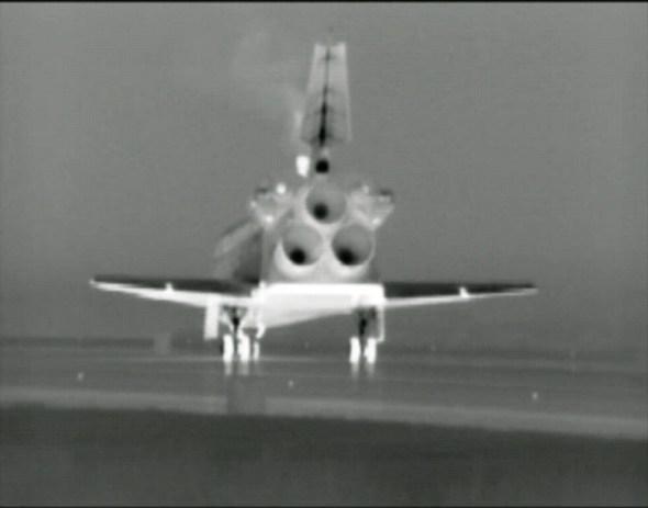 צילום המעבורת אטלנטיס מיד לאחר נחיתתה ב-21 ביולי במרכז החלל קנדי באמצעות מצלמות תרמיות (בשל החשכה)