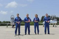 """חברי צוות STS-135 בהגיעם לפלורידה לקראת השיגור. משמאל: המפקד כריס פרגוסון, הטייס דאג הארלי, ומומחי הטיסה סנדי מגנוס ורקס וולהיים. צילום נאס""""א/קים שיפלט"""
