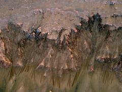 """מדרונות מלאי ערוצים במאדים. צילום: MRO, נאס""""א"""
