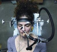 מתקן הניסוי, באמצעותו מדדו החוקרים את הפעילות העצבית המתחוללת בקולטני הריח הממוקמים על קרום הריח בחלל האף. לנחיר השמאלי של הנבדק מוחדרת אלקטרודה (המוחזקת במקומה באמצעות מוט תמיכה המותקן על האף), וכן שפופרת, שדרכה מוזרמים חומרי הריח. המתקן כולל גם אלקטרודות ביקורת (המותקנות על גשר האף ובתנוך האוזן).
