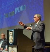 פרופסור שכטמן מודה למברכיו. משמאלו – פרופסור פרץ לביא, נשיא הטכניון. צילום: שלמה שהם, דוברות הטכניון.
